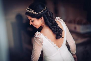 finca las Jarillas, boda lluviosa en octubre Hotel Santo Mauro suite nupcial espalda, corona y peinado de la novia