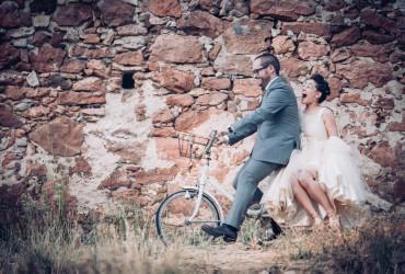Foto de Will Marsala Boda Home Made DIY Palacio de Hoyuelos Segovia, novios subidos en una bicicleta retro