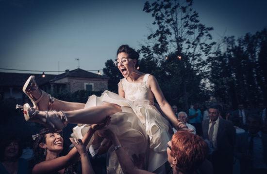 Foto de Will Marsala Boda Home Made DIY Palacio de Hoyuelos Segovia, manteo de la novia por sus amigas