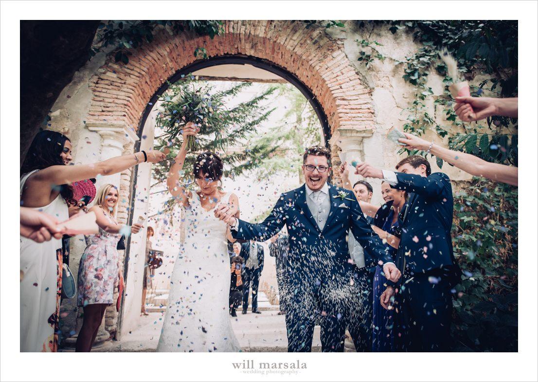 salida de los novios de la iglesia y lluvia de arroz y pétalos de rosas