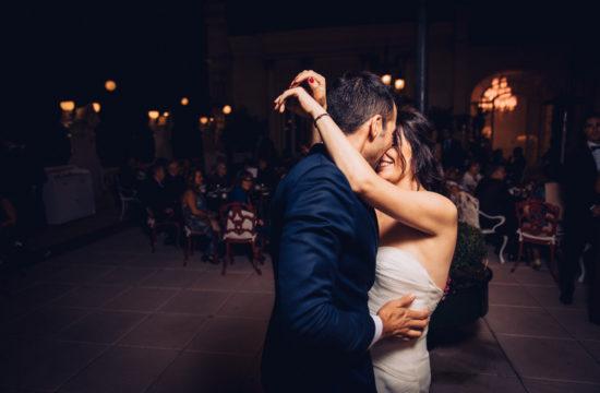 Boda Casino de Madrid Gran vía boda urbana beso de los novios después del primer baile